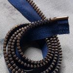 弊社ストックのvintage zipperを使用。