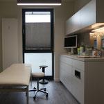 Praxiszeile Behandlungsraum Chirurgische Orthopädische Praxis (Jena), Architekt: GiSi ARCHITECTS, Foto: Gränz Innenausbau
