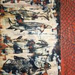 Fried Fish - Frittierter Fisch, in Zeitungspapier eingeschlagen, wie es ihn in England an jeder Ecke zu kaufen gibt. Auf mehrfarbigem Untergrund wurde die Zeitung symbolisch durch Zeitungsüberschriften dargestellt, die in das warme Wachs gedrückt wurden.