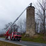 Die Feuerwehr muss einen Sturmschaden beheben.