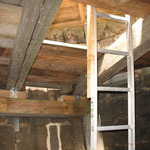 Auf der Betonplatte wird die obere Arbeitsebene errichtet.