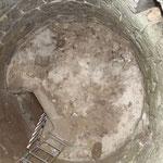 Von der Oberseite der Kuppel wurde eine 40 cm dicke Schicht Humus und Vogeldreck beräumt.
