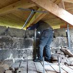 Sanierung der Mauerkrone, es ist sehr eng unter den Dach