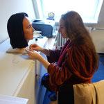 Daniela Rutica bei der Anfertigung der Perücke für Idu II. für das Roemer-Pelizaeus Museum in Hildesheim, Photo: Rainer Hannig