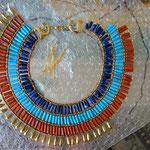 Ein pharaonischer Halskragen entsteht, Foto: Daniela Rutica