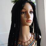 Model Isis: geflochtene Perücke mit Modius und Hathor-Krone (Kuhgehörn und Sonnenscheibe) und Halskragen mit Hieroglyphen-Perlen und Karneol
