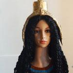 Model Isis-Hathor: geflochtene Perücke mit Geierhaube und Hathor-Krone (Kuhgehörn und Sonnenscheibe) und Halskragen mit Türkis. Jaspis und Sodalith