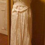 Ein weißes Trägerkleid mit Plissierungen