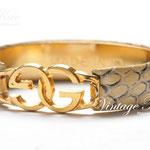 Лот №П676Винтажный браслет Gucci,в прекрасной сохранности.Ювелирный сплав под золото,кожа змеи,маркировка внутри браслета - Made in Italy.Подойдет на узкое и среднее запястье.Ширина-1.5 см.ПРОДАН