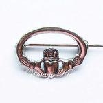 Лот №П468.Небольшая серебряная брошь в виде Кладдахского символа(подробнее о его возникновении можно ознакомиться в разделе *Известные марки*).Брошь в отличном состоянии,маркирована 925.Размер-2.3 см.ПРОДАНА