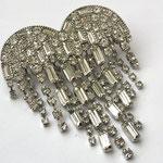 Лот №5.Брошь-сердце из лимитированной коллекции Кеннет Джей Лейн.Родированное покрытие,багеты и кристаллы Сваровски.Нижняя часть сердца подвижная.Цена-4500 грн