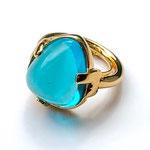 Лот №500.Кольцо Кеннет Джей Лейн(подробнее о дизайнере в разделе *Известные марки*).Позолота 24К,кабошон из стекла ярко-голубого цвета,размер регулируется(от 16 до 18).Цена-2400 грн
