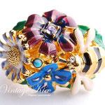 Лот №П651.Цветочное кольцо из современной коллекции Kenneth Jay Lanе(подробнее о дизайнере читайте в разделе *Известные марки*).Новое,маркировано,единственный экземпляр.Размер фиксируется.ПРОДАНО