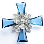 Лот №П858.Новая брошь-кулон Kenneth Jay Lane в комплекте с цепочкой.Родированное покрытие,кристаллы Сваровски,голубые элементы из люцита.Объемная 3Д форма,размер-7.5 см.ПРОДАНА