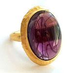Лот №498.Кольцо Кеннет Джей Лейн(подробнее о дизайнере в разделе *Известные марки*).Позолота 24К,кабошон фиолетового цвета с внутреннними разводами,размер регулируется(от 16 до 18).Размер кабошона-3 см.Цена-2700 грн