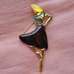 """Лот № П178. Брошь """"Леди"""",  американский винтаж 60х. Размер 6*4см, вставки из натурального перламутра различных оттенков, ювелирный сплав под золото."""