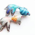 Лот №П396.Брошь *Экзотические рыбки*,новая,без маркировки.Размер-5х4.5 см.Ювелирный сплав под серебро,разноцветная эмаль,стразы.ПРОДАНА