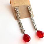 Лот №257.Длинные серьги Кеннет Джей Лейн.Родированное покрытие,стеклянная капля рубиногого цвета.Длина-8.8 см,не тяжелые.Цена-3000 грн