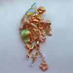 Лот № П99.Брошь от компании Kirks Folly *Цветочный волшебник*,маркирована. Цветная перламутровая эмаль,кристаллы Сваровски,3 чарма(средний снимается). Длина броши с чармами- 9 см. Состояние- новое,в оригинальной коробочке.ПРОДАНА