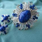 Лот № П147. Kомплект 1973г. Sarah Coventry(см.раздел*Известные винтажные марки).Прекрасное состояние, маркирован.Синие мраморные кабошоны,стразы,сплав под серебро.Размер броши 6.5*5.5см, клипсы 2.5см,отлично сидит на мочке