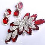 Лот №236.Рубиновый клмплект от  Juliana(подробнее о компании в разделе *Известные марки*).Прекрасная сохранность,необычная объемная форма,размер броши-8.5х4 см,размер клипс- 3.5 см.Ювелирный сплав под серебро,австрийские кристаллы.Цена-3000 грн