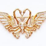 """Лот №П452.Романтическая брошь """"Влюбленные лебеди"""" от американского дизайнера Nolan Miller(смотрите раздел *Известные марки*),маркирована,новая.Размер- 7х4 см.Ювелирный сплав под золото,кристаллы Сваровски,детальное исполнение.ПРОДАНА"""