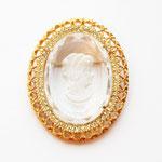 Лот №П335.Крупная брошь-камея.Без маркировки,в прекрасном состоянии.Размер-5.5х4.5 см.Ювелирный сплав под золото,позрачные кристаллы,стекло.ПРОДАНА