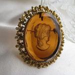 Лот №П164. Винтажная брошь-кулон камея-интаглио коньячного цвета из стекла, оправа филигрань цвета состаренного золота.