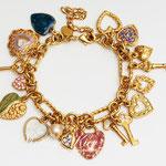 Лот №П492.Новый браслет Kirks Folly(смотрите *Известные марки*),маркирован,подойдет на любое запястье.Разнообразные чармы на любовную тему.ПРОДАН