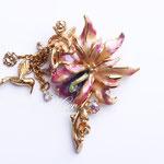 """Лот №П491.Брошь """"Цветочные эльфы"""" от компании Kirks Folly (см. раздел *Известные марки*).Брошь маркирована,в идеальном состоянии.Ювелирный сплав под золото, разноцветная перламутровая эмаль,кристаллы Сваровски.Размер-7х5 см.ПРОДАНА"""