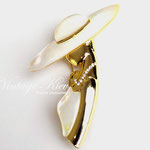 Лот №79.Перламутровая брошь в прекрасной сохранности.Ювелирный сплав под золото,имитация перламутра,прозрачные кристаллы.Размер-7х4.5 см.Цена-1400 грн