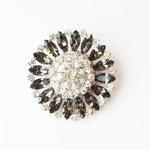 Лот №П367.Потрясающая серебряная брошь,маркирована Jay Flex Sterling,в идеальном состоянии.Диаметр-5.7 см.Прозрачные и дымчато-серые австрийские  кристаллы,оправа из серебка,многоярусная форма.ПРОДАНА