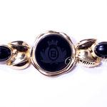 Лот №П754.Эксклюзивная дизайнерская брошь Fendi.Прекрасная сохранность,маркировка.Ювелирный сплав под золото,центральный элемент из черного стекла,кабошоны из люцита.Размер-9х3 см.ПРОДАНА
