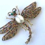 Лот №04.Брошь-стрекоза Кеннет Джей Лейн из лимитированной коллекции бренда.Позолота 24К,кристаллы Сваровски,искусственный жемчуг,сделано в США.Цена-5600 грн