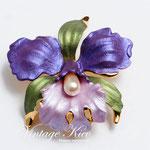 Лот №П620.Орхидея американской компании Ручинни.Брошь новая,позолота 24К,перламутровая эмаль,искусственный жмчуг.Размер-4.5 см,объемная форма.ПРОДАНА