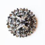 Лот №П418.Винтажная брошь Weiss(см.*Известные марки*) 60-х годов,в идеальном состоянии,маркирована.Ювелирный сплав под серебро,дымчатые и белые австрийские кристаллы.Размер-6 см,многоярусная ,объемная,не тяжелая.ПРОДАНА