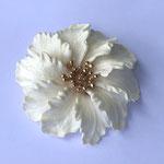 Лот №8.Винтажная брошь Трифари(подробнее в разделе *Известные марки*).Бижутерный сплав под золото,цветок из акрила цвета слоновой кости.Размер-6 см,брошь легкая. Цена - 3900 грн