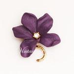 Лот №П473.Небольшая яркая брошь от американского дизайнера Джоан Риверс(подробнее о ней читайте в разделе *Известные марки*).Новая,маркирована,эффектная,как настоящий цветок.Размер-3.3 см.ПРОДАНА