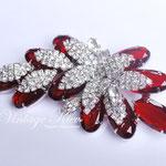 Лот №102.Рубиновая брошь Juliana(подробнее о компании в разделе *Известные марки*).Прекрасная сохранность,необычная объемная форма,размер-8.5х4 см.Ювелирный сплав под серебро,австрийские кристаллы.В комплект есть клипсы.Цена-3000 грн