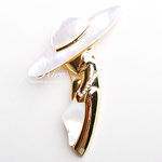 Лот №П345.Новая элегантная брошь *Леди в шляпке*.Без маркировки,ювелирный сплав под золото,вставки из натурального перламутра,кристаллы.Размер-7 см.ПРОДАНА