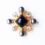 Лот №П435.Оригинальная брошь-кулон в виде мальтийского креста от Джоан Риверс(см. *Известные марки*).Маркирована,ювелирный сплав под золото,иск жемчуг.Брошь новая.Размер-5.5 см.ПРОДАНА