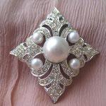 """Лот № П154. Брошь"""" Персидская принцессa""""от Sarah Coventry (см.раздел Известные винтажные марки). Хорошая винтажная сохранность,маркирована. Брошь в виде мальтийского креста,стразы,жемчуг, сплав под серебро.Размер 7 х 6.5см"""
