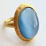 Лот №497.Кольцо Кеннет Джей Лейн(подробнее о дизайнере в разделе *Известные марки*).Позолота 24К,кабошон голубого перламутрового цвета,размер регулируется(от 16 до 18).Размер кабошона-3 см.Цена-2700 грн