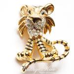 Лот №96.Винтажная брошь *Добрый тигрёнок* от Mazer&Jomaz (подробнее о дизайнере читайте в разделе *Известные марки*).Маркирована Jomaz,в прекрасном состоянии.Размер-3 см.Объёмная форма.Цена-2000 грн.