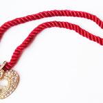 Лот №П450.Кулон на шнурке от Nolan Miller(см.раздел *Известные марки*).Украшение новое,маркировано.Ювелирный сплав под золото,шелковый красный шнурок,плавающие кристаллы внутри сердца.Длина шнурка вдвое-17 см,размер сердца-3 см.ПРОДАН