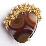 Лот№27.Винтажная брошь Baucher(подробнее о компании в разделе *Известные марки*).Ювелирный сплав под золото,натуральный цельный агат,искусственный жемчуг.Размер-5.5 см.Цена-3000 грн