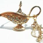 Лот №П461.Волшебная лампа Алладина от Kirks Folly (см.раздел *Известные марки*).Состояние-новое,маркирована.Размер-5х3.5 см.Пусть Ваши желания исполняются.ПРОДАНА