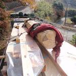 奈良の大津木材より仮ヤードに構造材到着