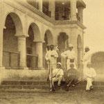 Rimbaud, il primo in piedi da sinistra, a Sheikh-Othman