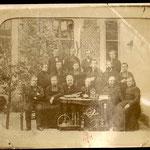 Ernest Delahaye, il primo a sinistra, amico d'infanzia di Rimbaud, in un gruppo di professori della scuola Notre-Dame di Rethel